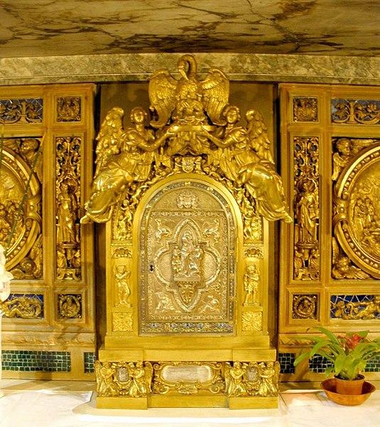 File:Segovia - Convento de los Carmelitas Descalzos, Capilla de San Juan de la Cruz, Sepulcro del santo 2.jpg