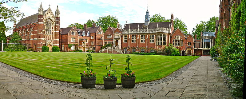 File:Selwyn College Old Court Panorama from North-West corner.jpg