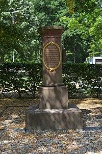 Seulberg, Hardtwaldallee 28, Gedenksäule.JPG
