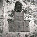 Sklepnik Matere Božje s tremi križi malteškega viteškega reda na steni cerkve na Slapu 1958.jpg