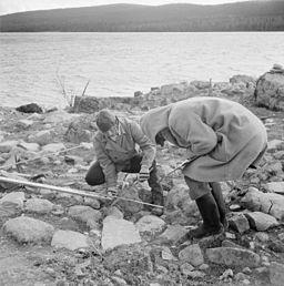 Gravfältet på Smalnäset undersöks i oktober 1956.
