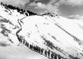 Soldaten in Einerkolonne nach den Schneeräumarbeiten - CH-BAR - 3239541.tif