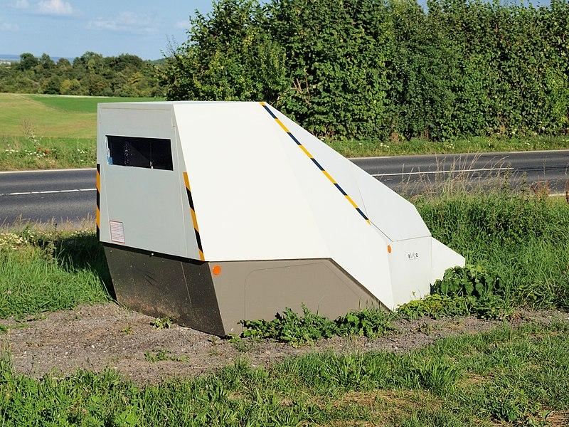 Sommepy-Tahure (Marne, France); sur la RN77 vers Mazagran, peu avant la limite du territoire des Ardennes, un cinémomètre routier qui semble déplaçable.