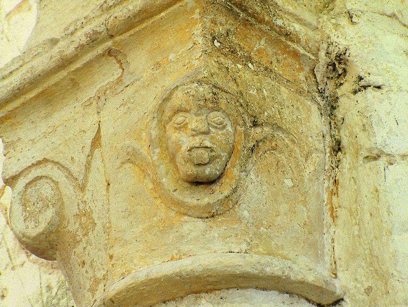 Figure grotesque sur un chapiteau de l'église St-Pierre-St-Paul de Soudron