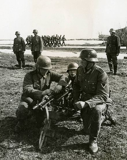 Spanish soldiers practising fieldcraft Spanish soldiers learning to handle a machine gun.jpg