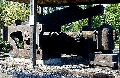 Stångjärnshammare från Laxå järnbruk, hammarhuvudet till höger i bild