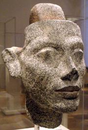 Testa di Nefertiti in granito. La protuberanza sulla testa permetteva di cambiare acconciature e copricapi. Ägyptisches Museum und Papyrussammlung, Neues Museum, Berlino.