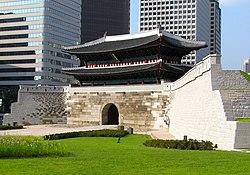 Sungnyemun Gate, front, 2013.jpg