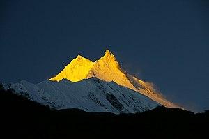 Manaslu (balra) és a keleti csúcs az első napfényben