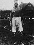 Venstre:   Per-Erik Hedlund blev tildelt medaljen i 1928 efter at have vundet femmilen i OL samme år.   Højre:   Fodboldspilleren Sven Rydell fik medaljen i 1931.