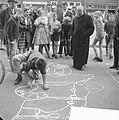 Tekenwedstrijd op de Lindengracht Pater bij tekenwedstrijd, Bestanddeelnr 912-7736.jpg