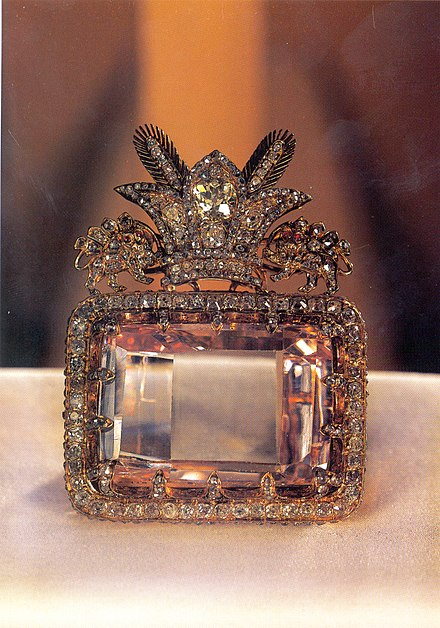 The Darya-I-Nur Diamond--an example of unusual diamond cut and jewelry arrangement The Daria-e Noor (Sea of Light) Diamond from the collection of the national jewels of Iran at Central Bank of Islamic Republic of Iran.jpg