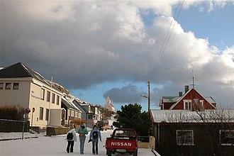 Tvøroyri - Tvøroyri winter 2004 youth walking in street