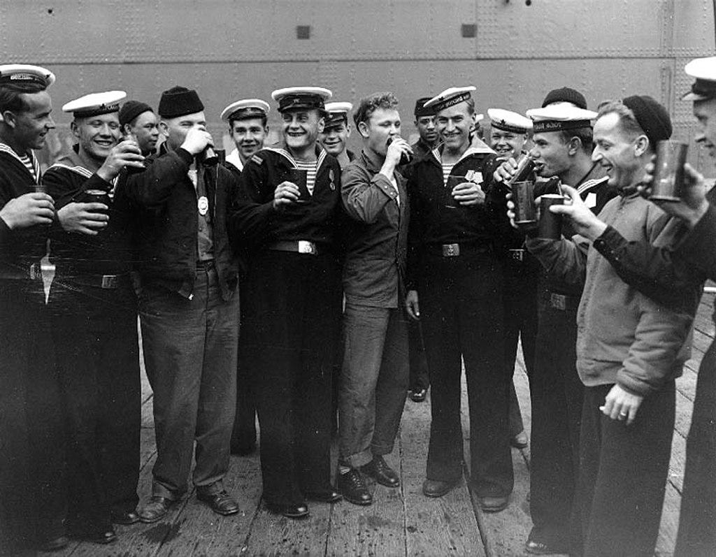 Američtí a sovětští námořníci během dne vítězství nad Japonskem