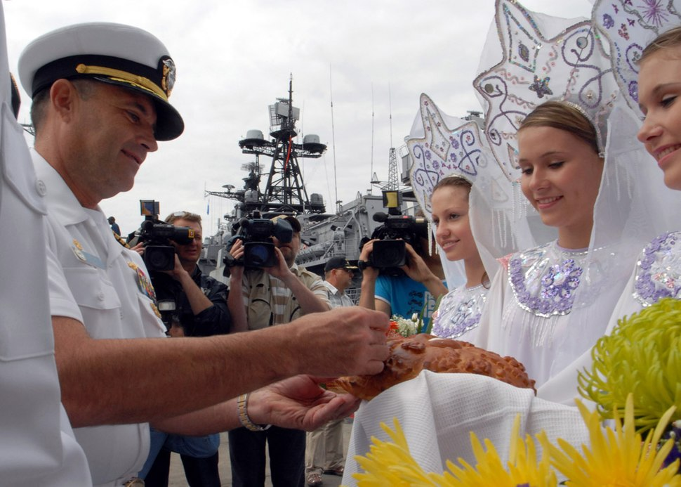 US Navy 070701-N-5621B-333 Submarine tender USS Frank Cable (AS 40) Commanding Officer, Capt. Leo Goff participates in a welcoming ceremony on the pier