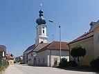 Utzenaich, Katholische Pfarrkirche Mariä Himmelfahrt in straatzicht Dm60043 foto6 2017-08-09 13.39.jpg