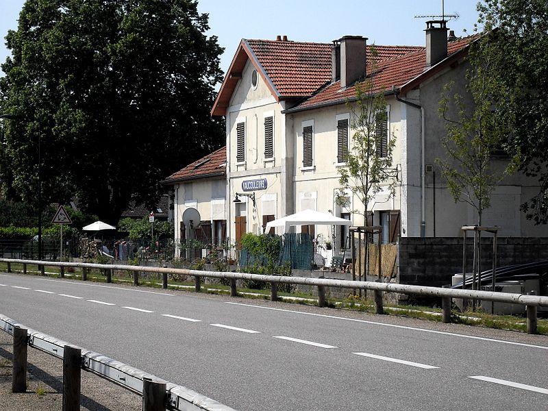 Vaucouleurs ancienne gare Vaucouleurs, Meuse (55) - la gare désaffectée reconvertie en maison d'habitation. Le chemin de fer a été remplacé par une route.