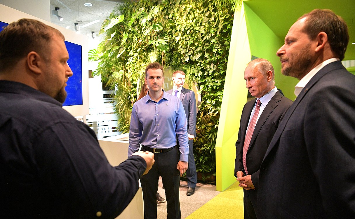 Vladimir Putin visited the Moscow office of Yandex (2017-09-21) 06.jpg