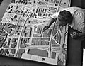 Voorbereidingen voor de tentoonstelling Autowegen in de stad in het Fodor Muse, Bestanddeelnr 910-8135.jpg