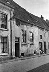 foto van Eenvoudig gepleisterd huisje met rechte kroonlijst