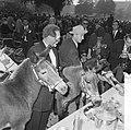 Wereld Dierendag 1964 , voederen van de dieren, Bestanddeelnr 916-9732.jpg