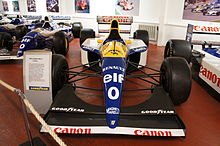 Photo vue de l'avant de la Williams FW15C, avec l'aileron avant au premier plan