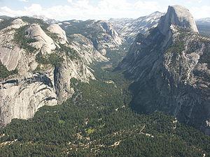 La vallée du Yosemite. Le Half Dome est à droite.