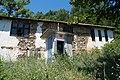 Стара куќа и телефонска говорница во Селци.jpg