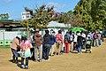 京都競馬場で販売されている「おみくじ馬券」を求める行列風景(2015年10月25日).JPG