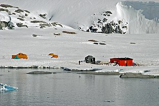 00 2296 Petermann Island (Antarctic Peninsula) - Groussac Cottage.jpg