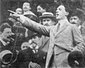1914 Filippo Corridoni dietro Benito Mussolini.jpg