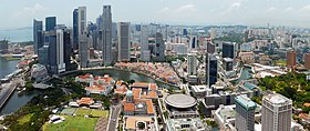 Vue de la rivière Singapour juste avant son embouchure avec l'ancien quartier colonial le long du Boat Quay à l'ombre des gratte-ciels du Central Business District.