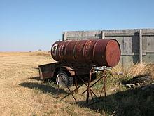 Matériel agricole rouillé près des Badlands.