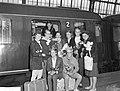 Aankomst op Centraal Station te Amsterdam, de zwemsters v HDZ, de ploeg v.l.n.r., Bestanddeelnr 914-1490.jpg