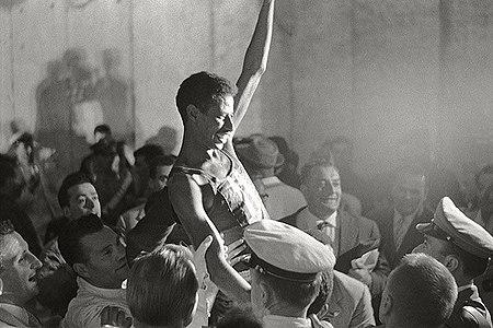 Abebe Bikila triumphant 1960.jpg