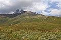 Alpínské louky a Mt. Ushba (4 710 m) - panoramio.jpg