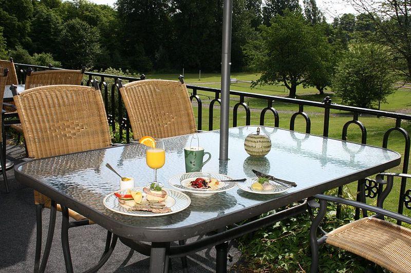 File:Aspa herrgård frukost på terrassen.jpg