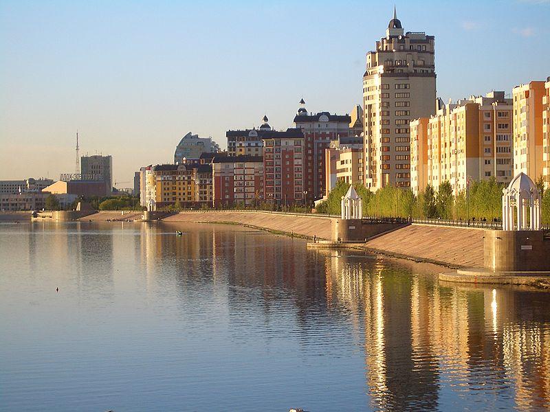 Soubor:Astana-Ishim-River-embankment-7797.jpg