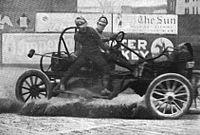 Maleulo balanciĝas sur la flanko da kortuŝa aŭta poloaŭto dum matĉo en 1913.