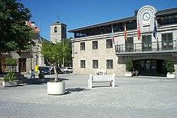 Ayuntamiento, plaza y campanario de iglesia en Colmenarejo.jpg