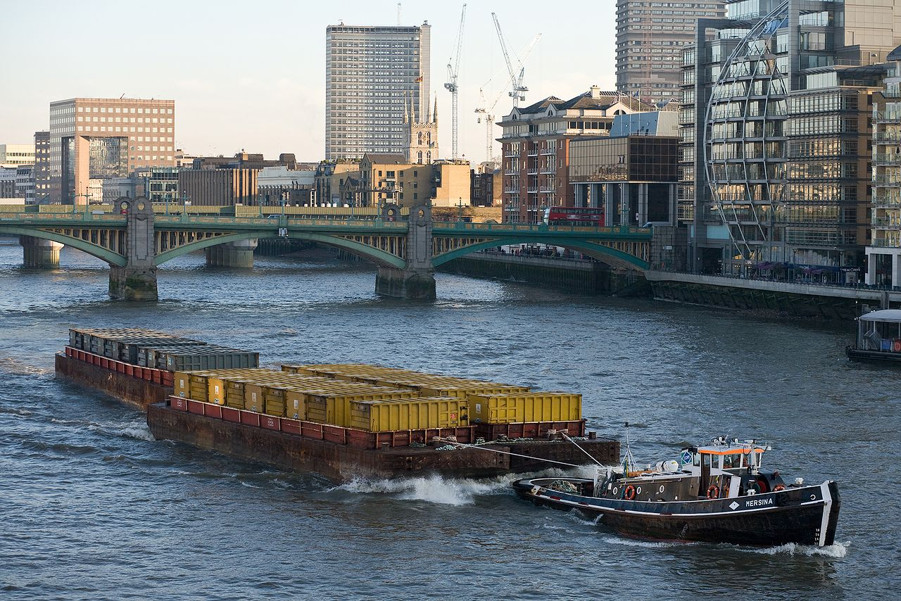 File:Barge on River Th...