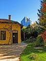 Botanička bašta Jevremovac, Beograd - kućica u bašti i zgrada u susedstvu 01.jpg
