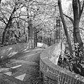 Brug en hek, op westzijde landgoed - 's-Gravenhage - 20407741 - RCE.jpg