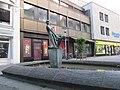 """Brunnen mit Plastik """"Spielende Kinder"""" - Hannover-Mitte Grupenstraße - panoramio (1).jpg"""