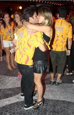 Public display of affection - Brazilian actors Bruno Gagliasso and Giovanna Ewbank, who are married, kiss and hug each other publicly while dancing, 2010