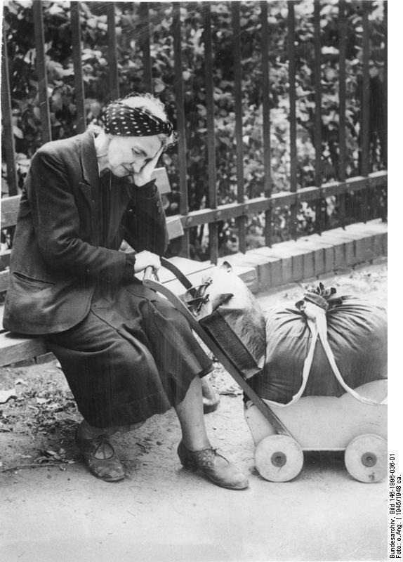 Bundesarchiv Bild 146-1996-036-01, Flüchtlingsfrau mit Wägelchen