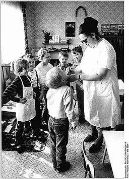 Bundesarchiv Bild 183-1986-0502-019, Pinnow, Gemeindeschwester im Kindergarten