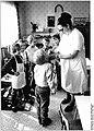 Bundesarchiv Bild 183-1986-0502-019, Pinnow, Gemeindeschwester im Kindergarten.jpg