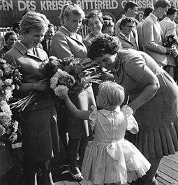 Bundesarchiv Bild 183-76014-0001, Bitterfeld, Rückkehr Teilnehmer Olympiade, Ingrid Krämer