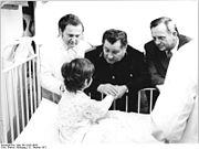 Bundesarchiv Bild 183-L1031-0032, Bei Schweinsburg-Culten, Eisenbahnunglück, Hilfe für Verletzte
